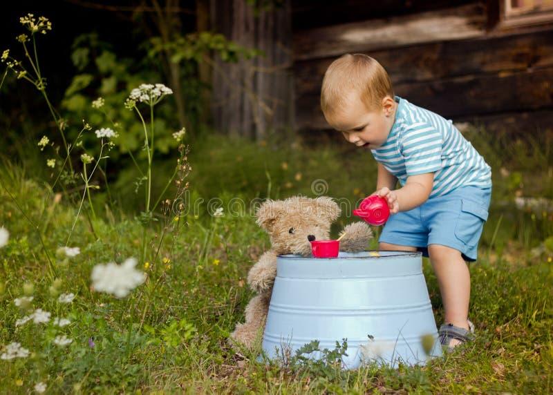 Petit garçon jouant avec son ours de nounours photos libres de droits