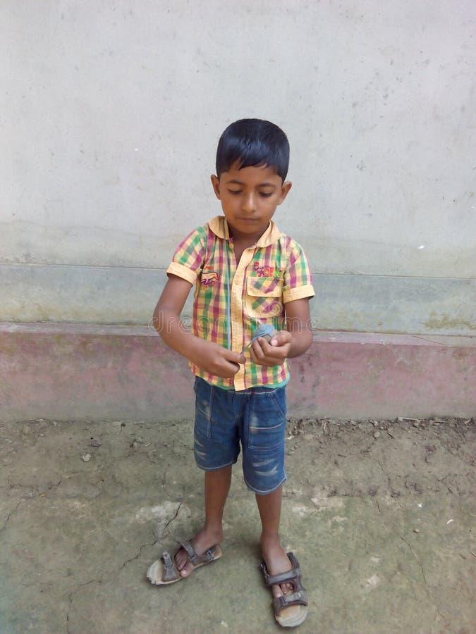 Petit garçon jouant avec un dessus photo stock