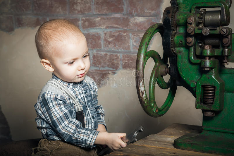Petit garçon jouant avec une clé images stock