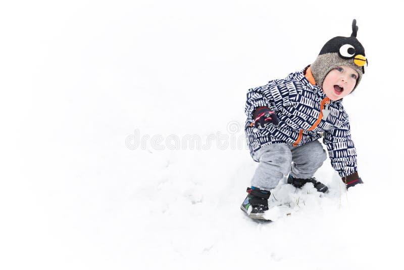 Petit garçon jouant des boules de neige Copiez l'espace images libres de droits