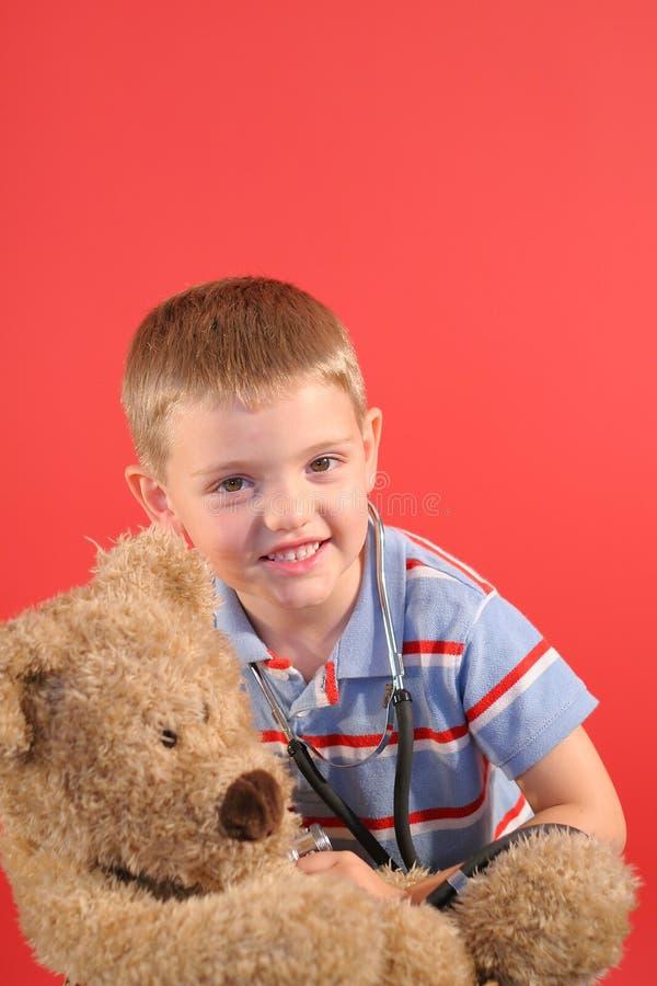 Petit garçon jouant le docteur w/be photographie stock