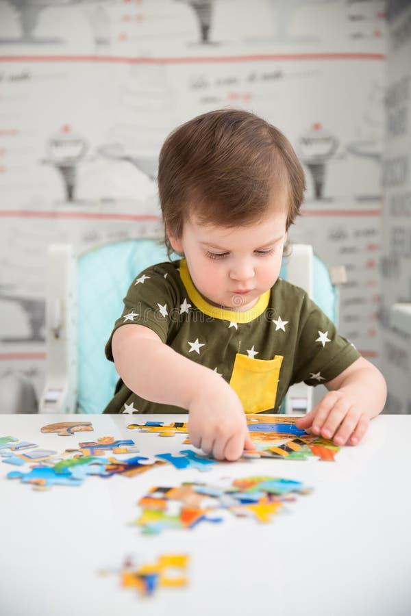Petit garçon jouant le puzzle photographie stock libre de droits