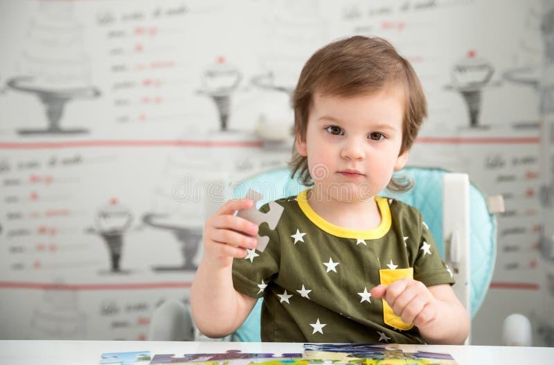 Petit garçon jouant le puzzle image stock