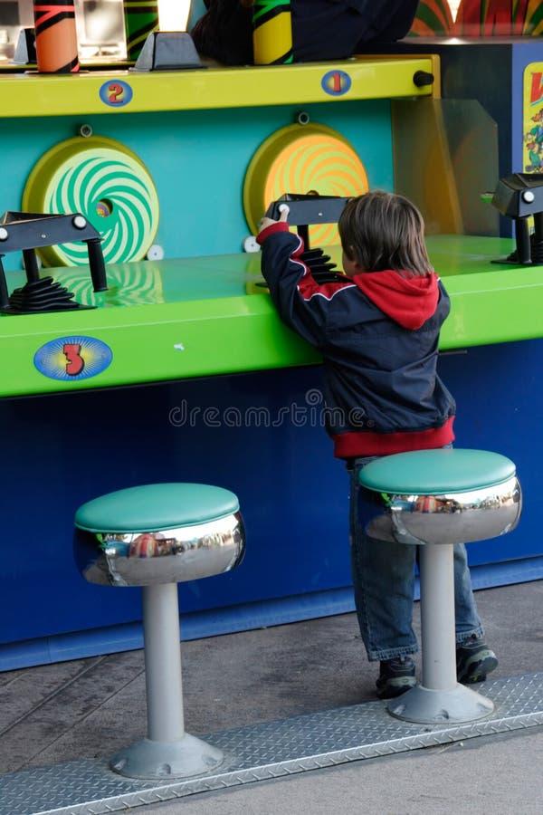 Petit garçon jouant un jeu photo libre de droits