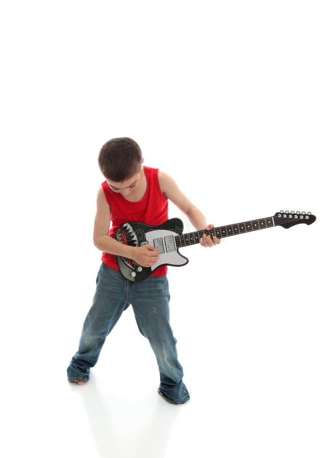 Petit garçon jouant une guitare photographie stock libre de droits