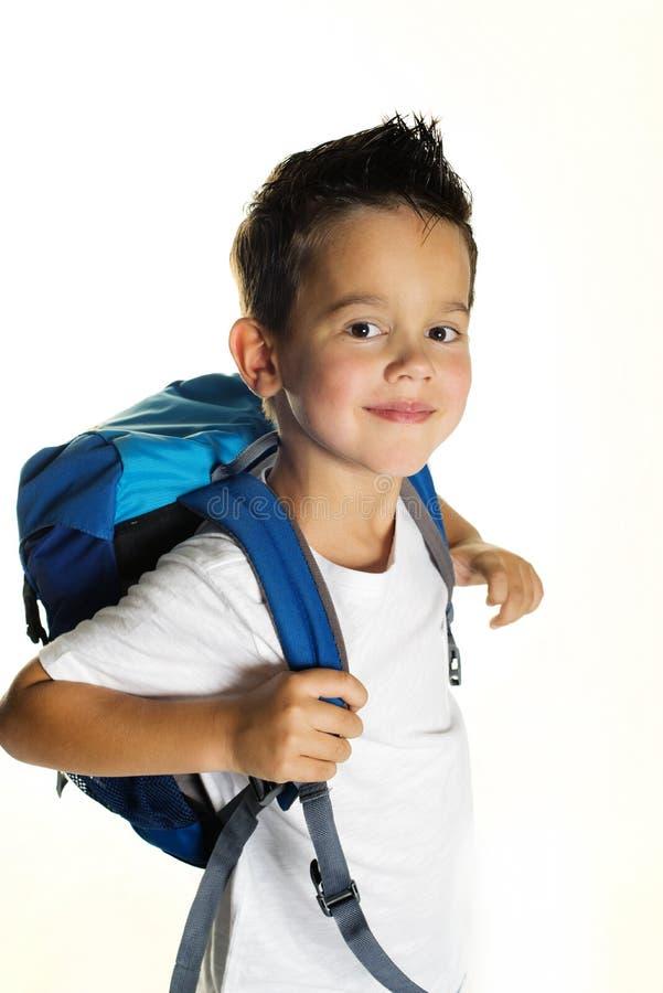 Petit garçon joyeux avec le sac à dos prêt pour l'école photo libre de droits