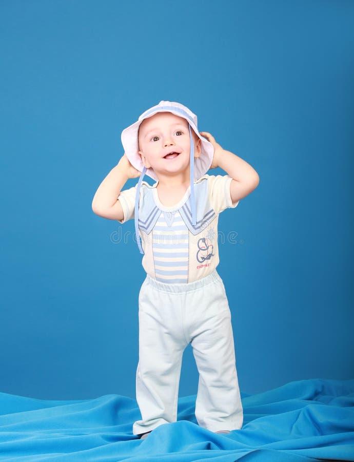 Petit garçon joyeux dans un costume de marin image libre de droits