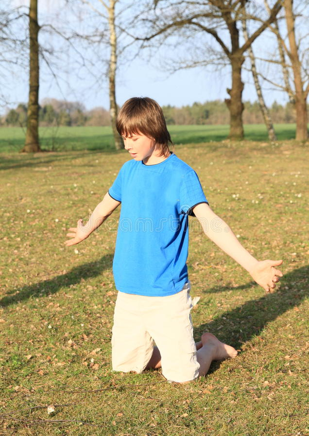 Petit garçon kneeing image libre de droits