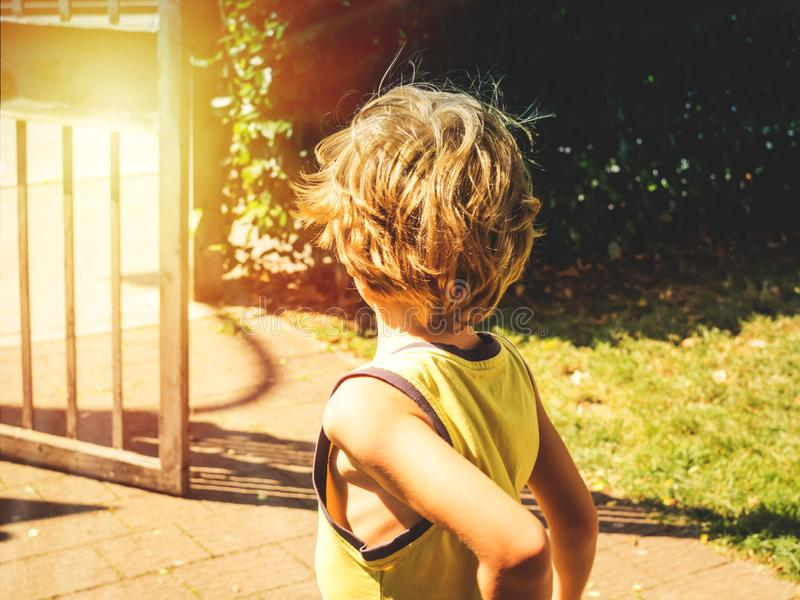 Petit garçon le jour ensoleillé tourné avec le sien de retour photos stock