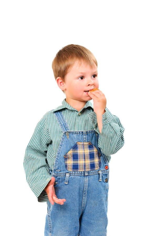 Petit garçon mangeant des biscuits photographie stock libre de droits
