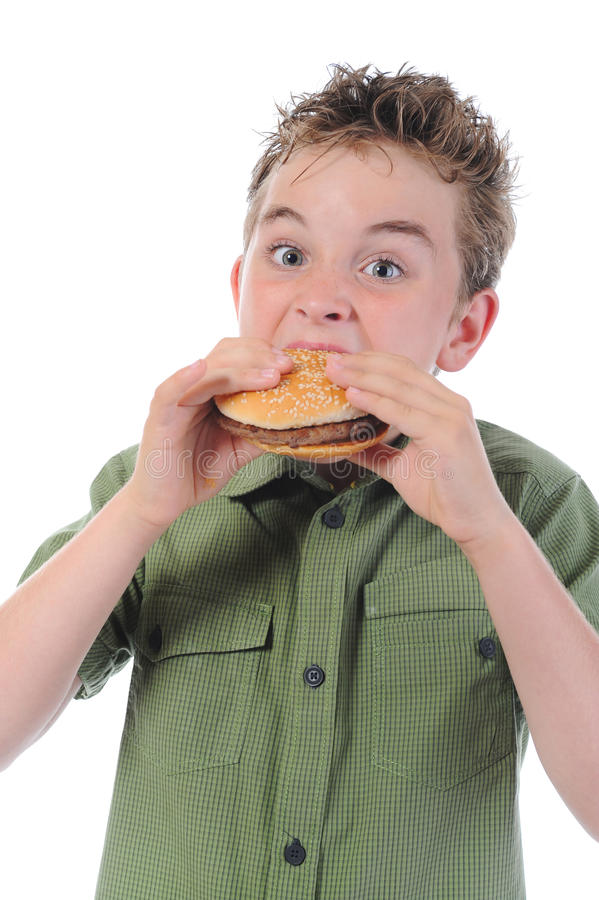 Petit garçon mangeant un hamburger photos libres de droits