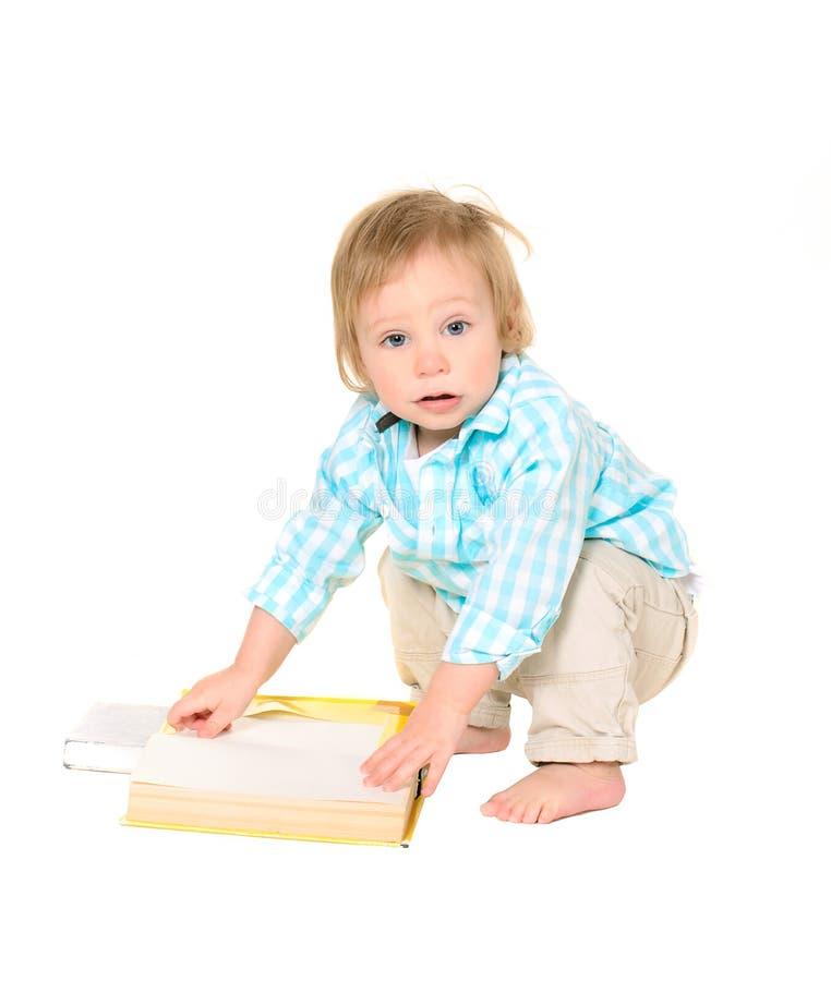 Petit garçon mignon avec des livres image stock