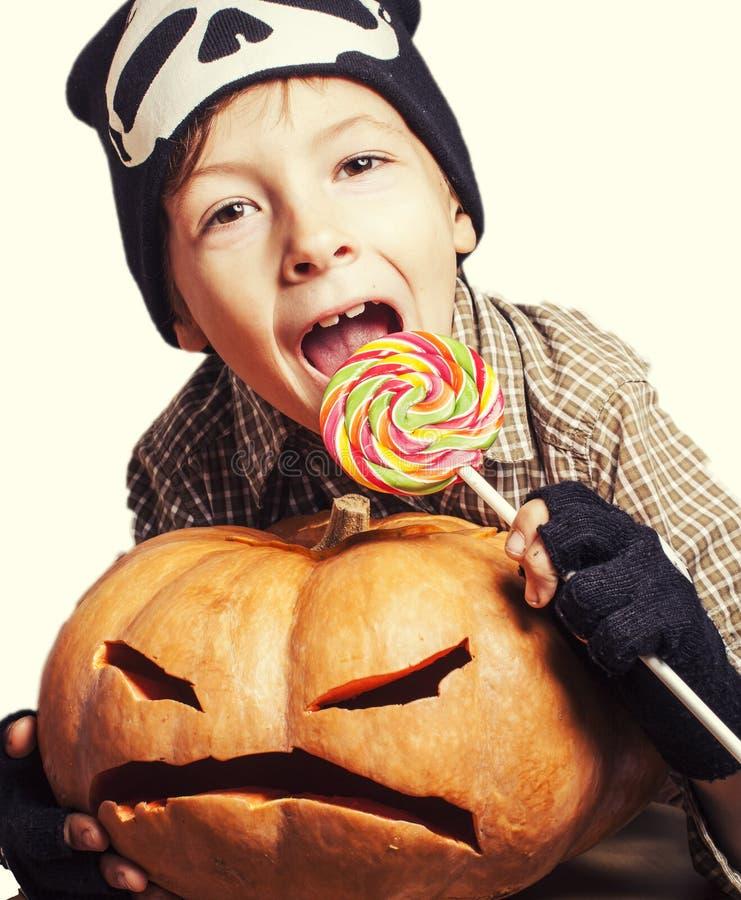 Petit garçon mignon avec la fin de potiron de Halloween  photographie stock libre de droits