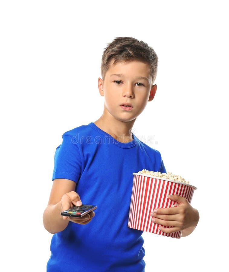 Petit garçon mignon avec la tasse de canaux de changement de maïs éclaté sur le fond blanc photo libre de droits