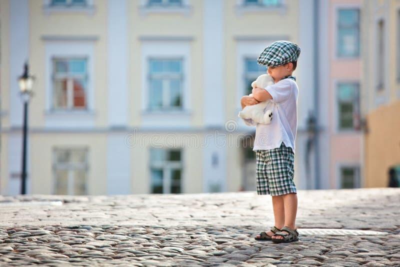 Petit garçon mignon avec le jouet d'ours blanc photographie stock