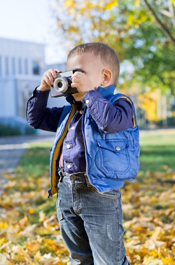 Petit garçon mignon avec le rétro appareil-photo image stock