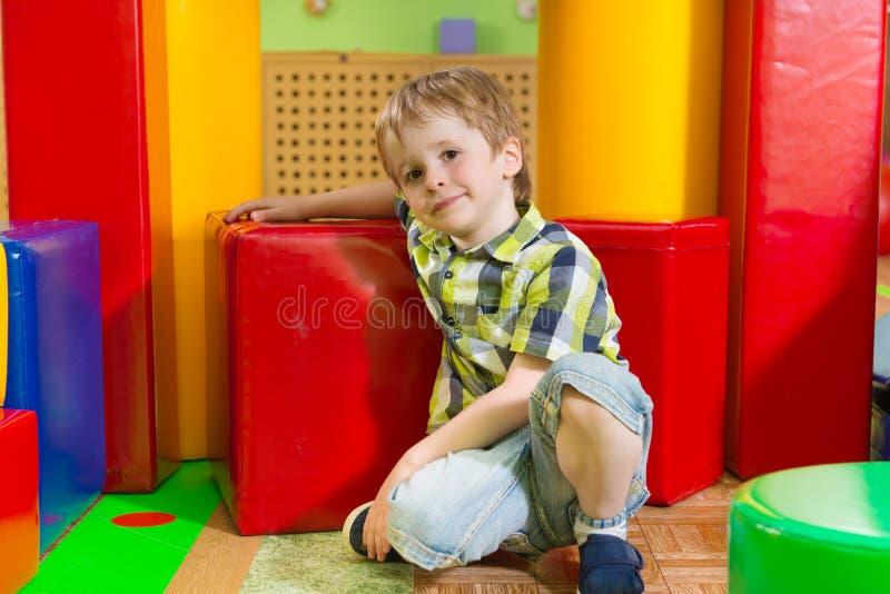Petit garçon mignon dans le gymnase de garde photographie stock