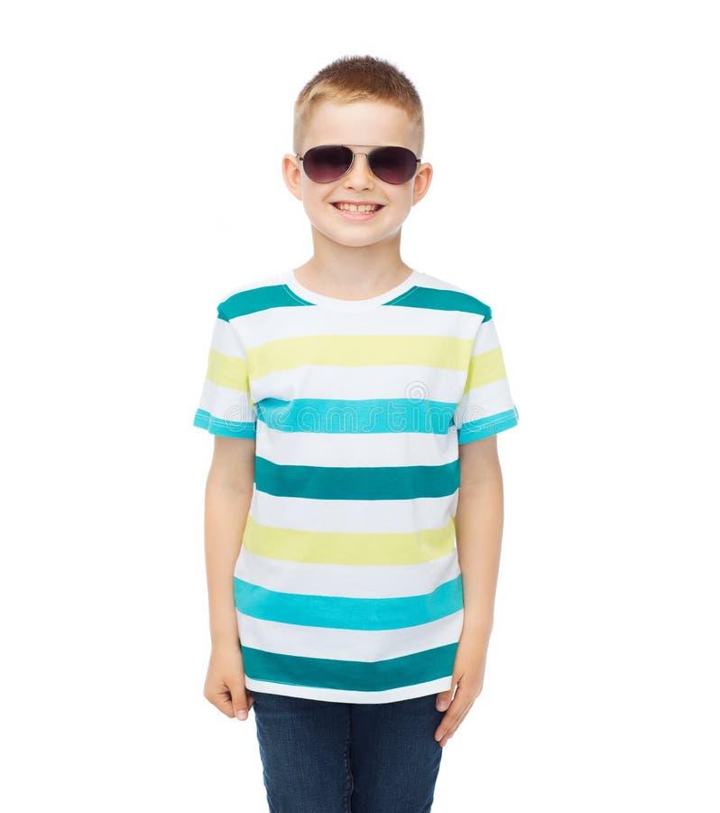 Petit garçon mignon de sourire dans des lunettes de soleil photos stock