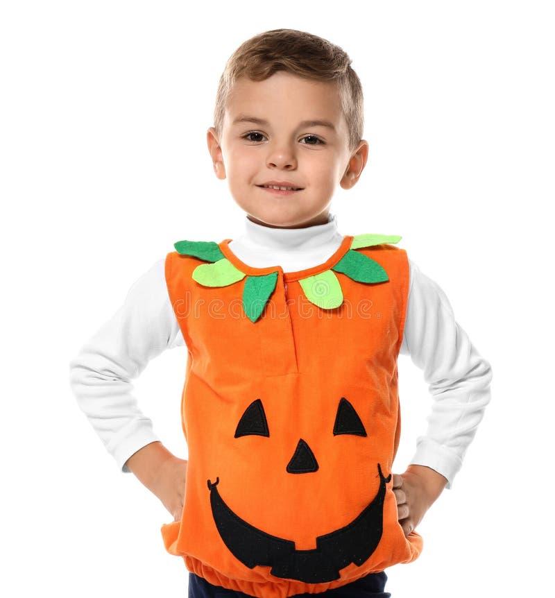 Petit garçon mignon habillé comme Jack-o-lanterne pour Halloween sur le fond blanc image libre de droits