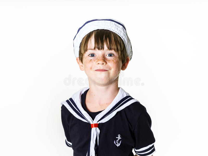 Petit garçon mignon habillé dans le costume de marin photo stock