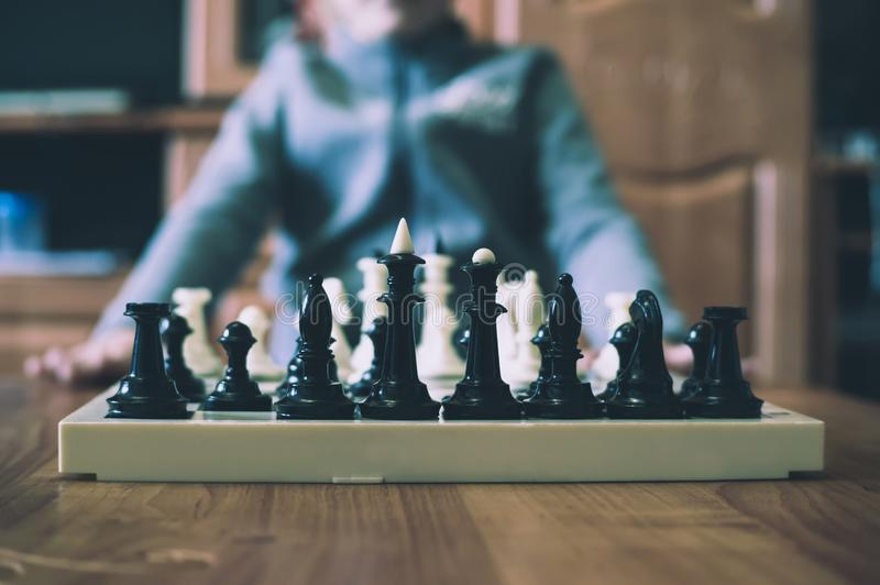 Petit garçon mignon jouant des échecs photographie stock