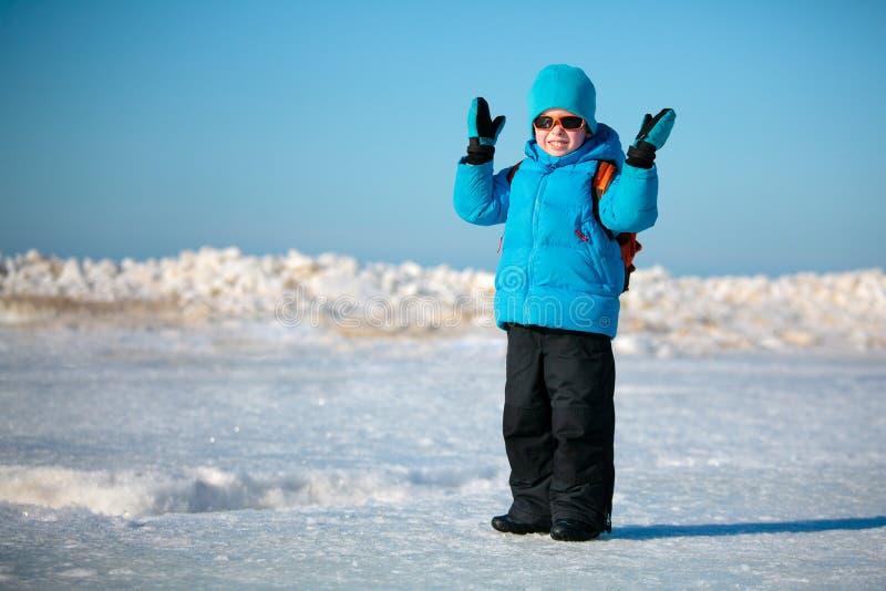 Petit garçon mignon jouant sur la plage de l'hiver images stock