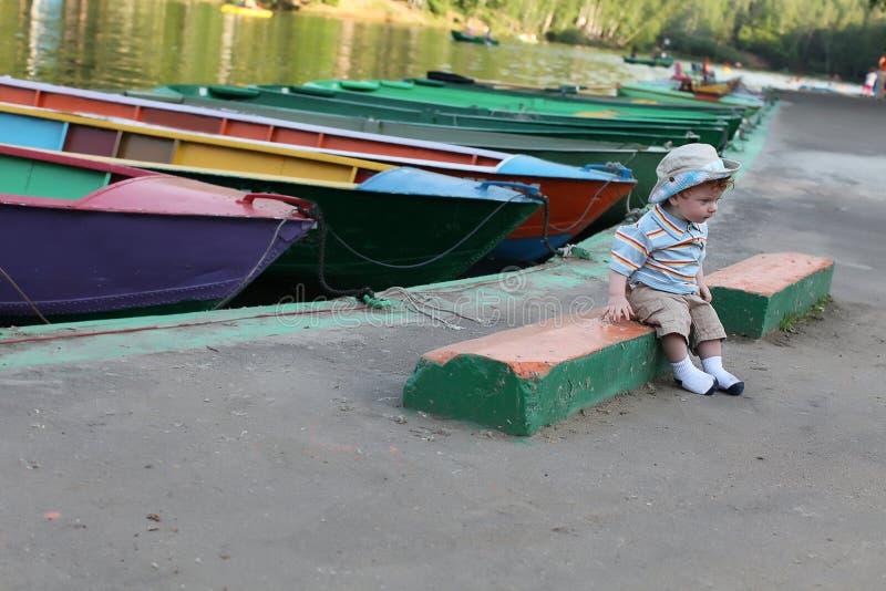 Petit garçon mignon par le lac image libre de droits