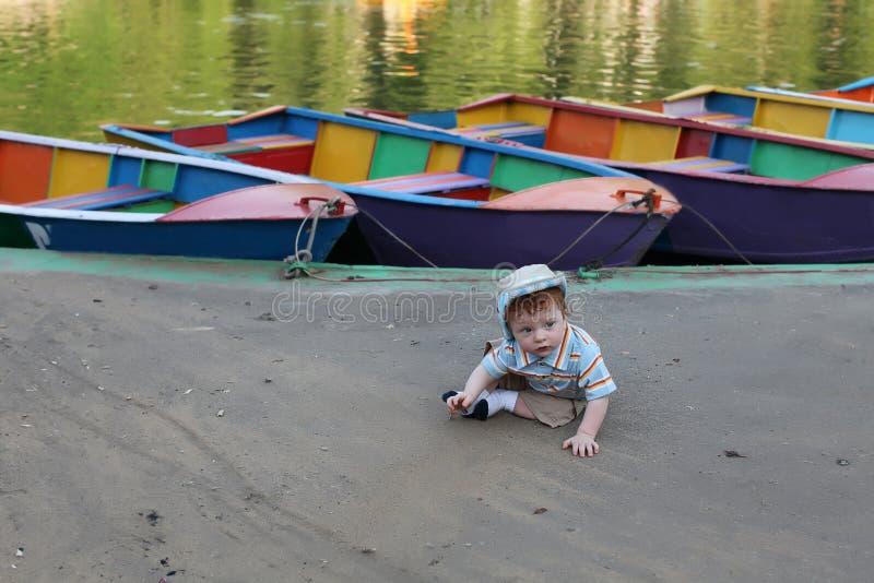 Petit garçon mignon par le lac image stock