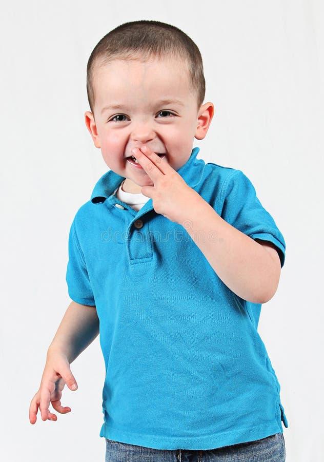 Petit garçon mignon posant pour l'appareil-photo images libres de droits