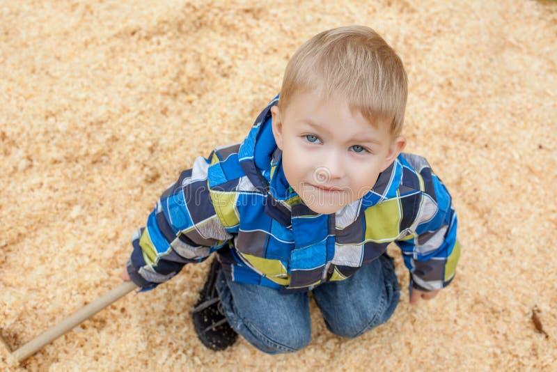 Petit garçon mignon posant regardant l'appareil-photo, plan rapproché photos stock