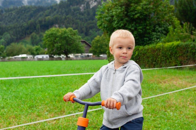 Petit garçon montant un vélo image stock
