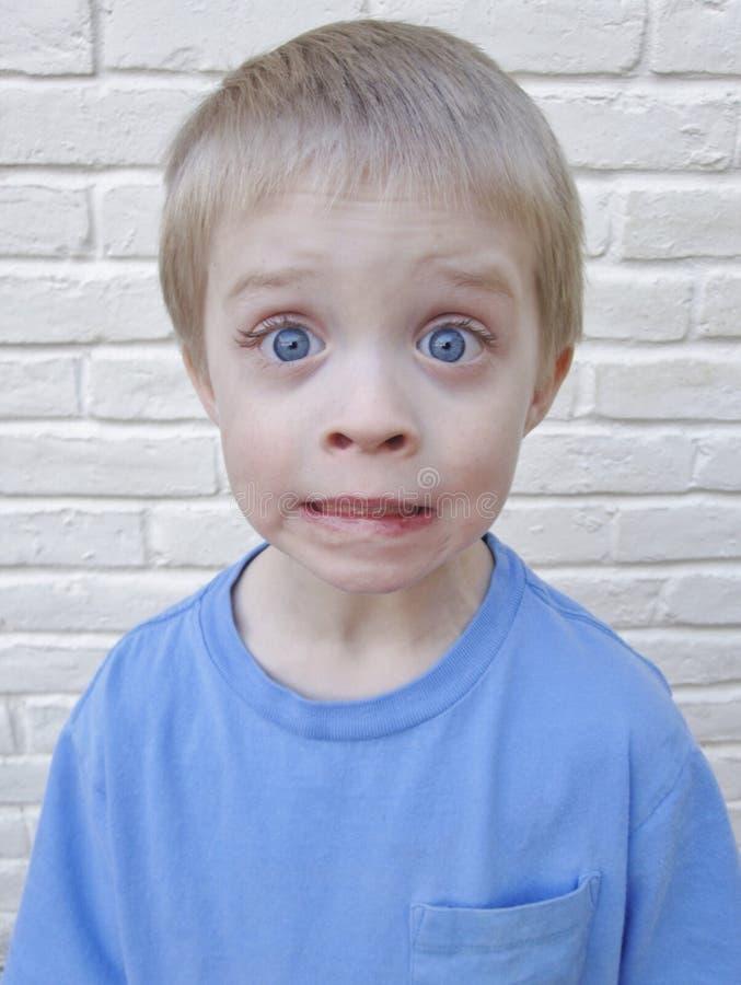 Petit garçon observé par bleu images stock