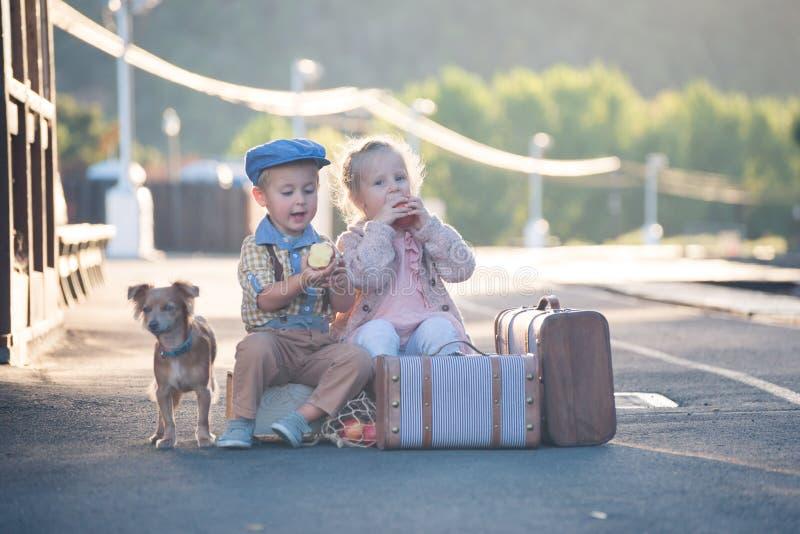 Petit garçon partageant la pomme avec la fille dans l'équipement de vintage image libre de droits