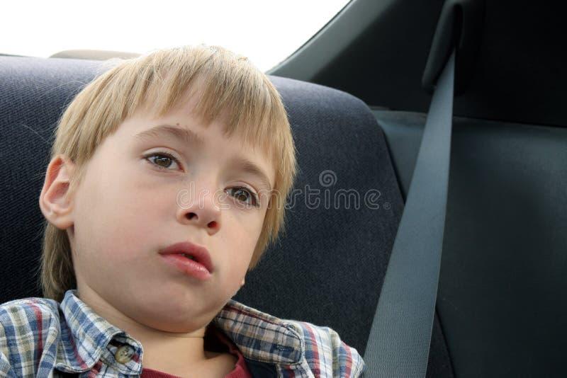 Petit garçon pensant à la durée photos stock