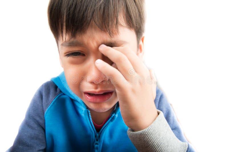 Petit garçon pleurant avec la fin de visage de tristesse de larme  images stock