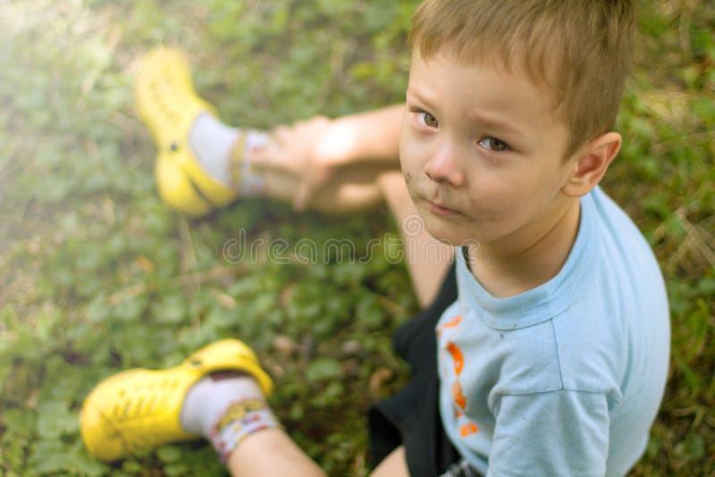 Petit garçon pleurant triste photos libres de droits