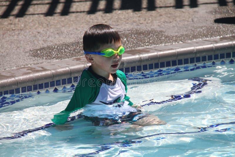 Petit garçon prêt à nager dans la piscine photo stock