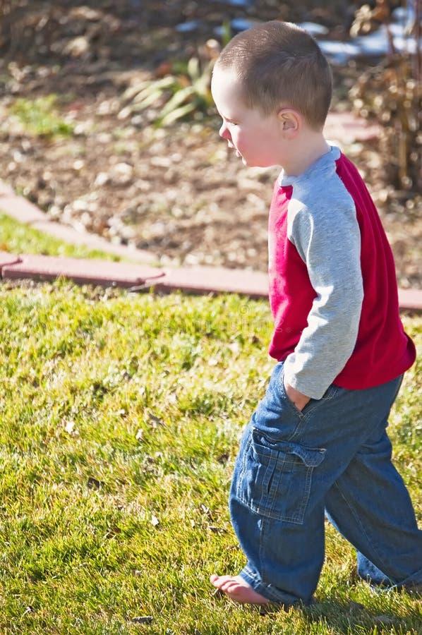 Petit garçon profondément dans la pensée photos libres de droits