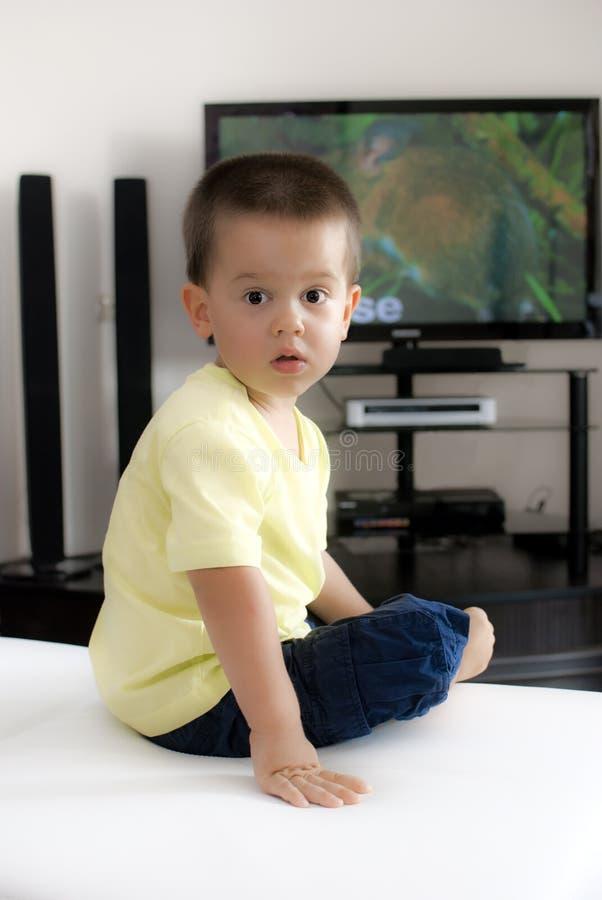 Petit garçon regardant la TV photographie stock libre de droits