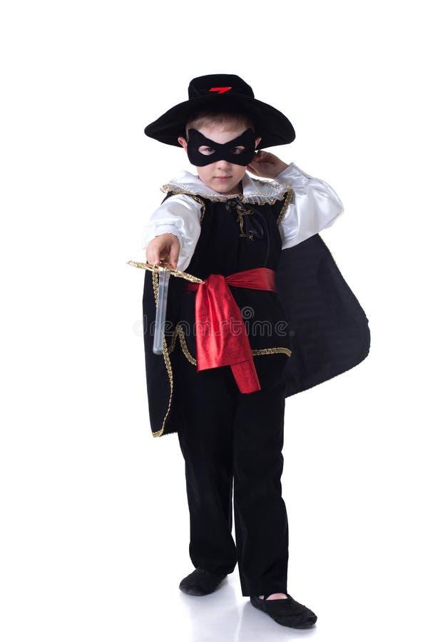 Petit garçon sérieux posant dans le costume de Zorro images libres de droits