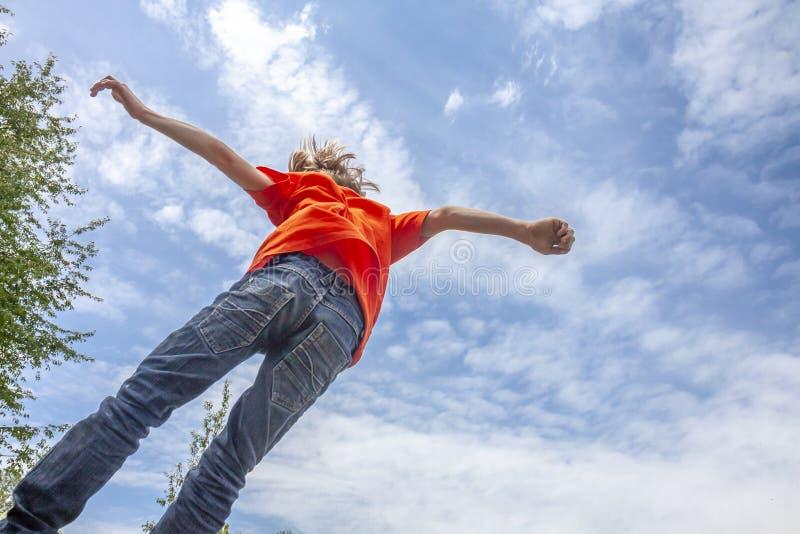 Petit garçon sautant haut dans l'air images libres de droits