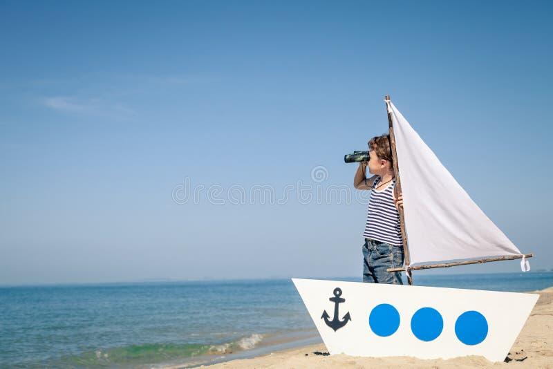 Petit garçon se tenant sur la plage photo libre de droits