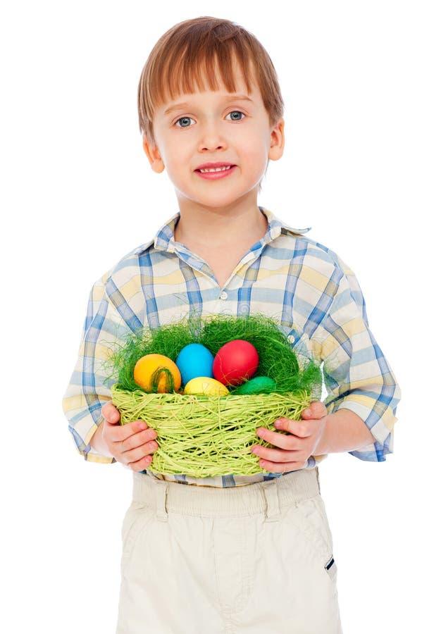 Petit garçon souriant avec des oeufs de pâques photographie stock libre de droits