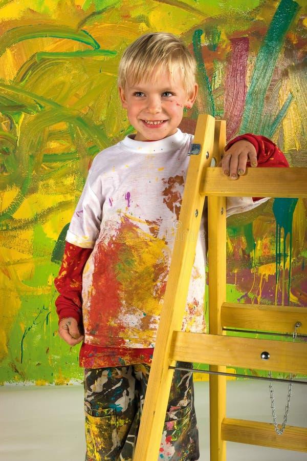 Petit garçon sur l'échelle photos libres de droits