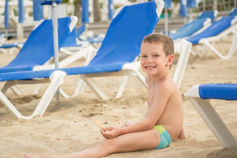 Petit garçon sur la plage photos libres de droits
