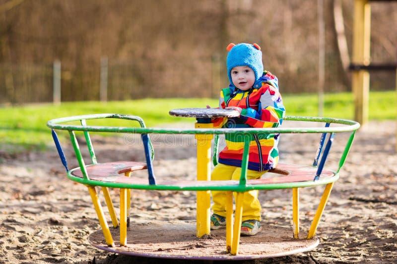 Download Petit Garçon Sur Le Terrain De Jeu En Automne Photo stock - Image du mignon, drôle: 77152666
