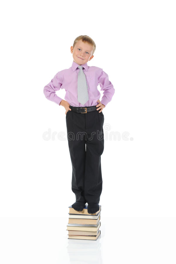 Petit garçon sur les livres images stock