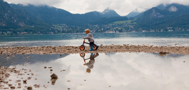 Petit garçon sur une bicyclette images libres de droits