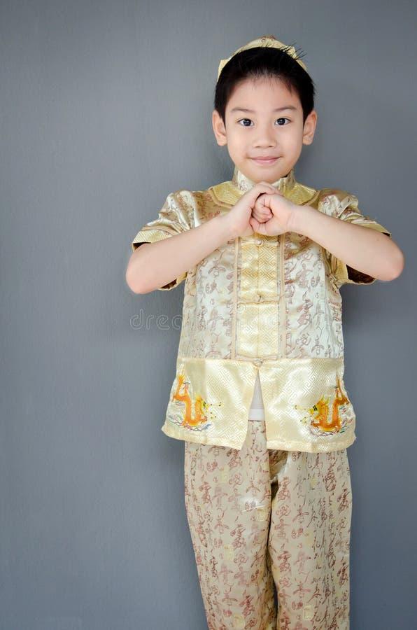 Petit garçon te souhaitant une nouvelle année chinoise heureuse photographie stock