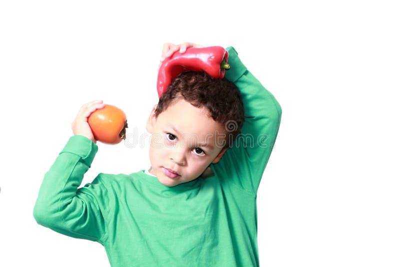 Petit garçon tenant des fruits frais favorisant la consommation saine photographie stock
